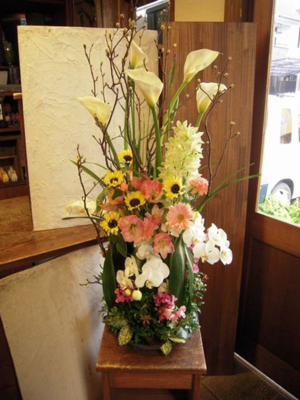 高さのあるモダンな供花のサムネイル